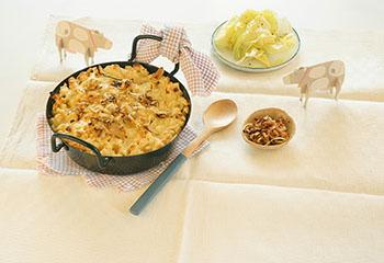 Überbackene Käsespätzle mit Zwiebel und Speck