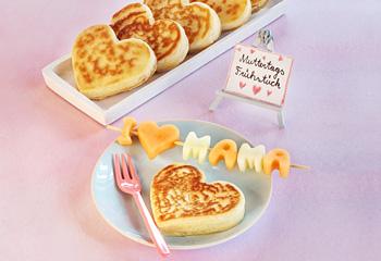 Herzpfannkuchen mit Melonenspieß und Topfenaufstrich