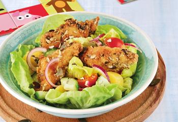 Backhendl-Salat mit Kürbiskern-Panier