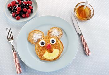 Mickey-Mouse-Pfannkuchen mit Früchten