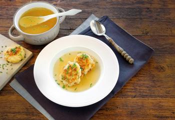 Kaspressknödel mit kräftiger Suppe