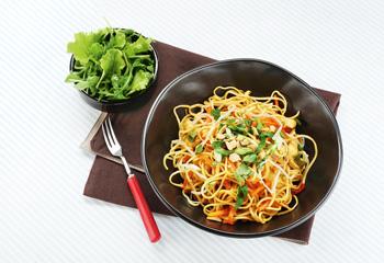 Gebratene Nudeln mit Gemüse und Huhn
