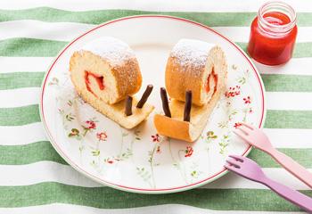 Biskuitroulade mit Erdbeermarmelade