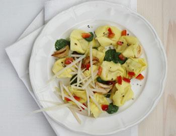 Käseravioli mit Spinatcreme, Paprika und Knoblauch