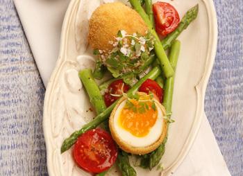 In Kräuterbrösel gebackene Eier mit Tomaten-Spargelsalat