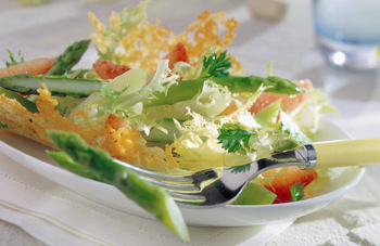 Grüner Spargel und Friséesalat in der Parmesanhippe