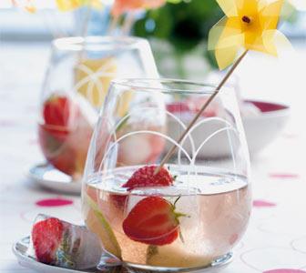 Limettensoda mit Erdbeersirup