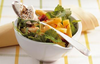 Spargelsalat mit Rucola und Frischkäse