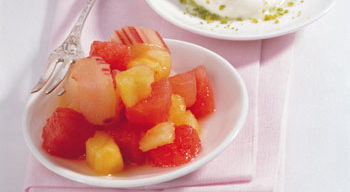 Marinierter Rhabarber mit Ananas, Melone und Pistazienjoghurt