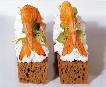 Brotsticks mit Cottage-Cheese-Avocado und Cocktailgarnelen