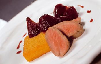 Schweinsfilet mit gebratener Polenta und Rotweinzwiebeln