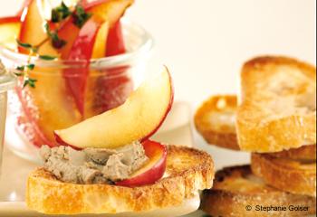 Hühnerleberpastete mit glasiertem Thymian-Apfel