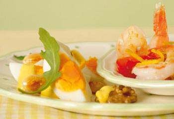 Eiersalat mit Curry, gerösteten Nüssen und Garnelen