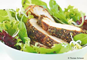 Hühnerbrust in Gewürzkruste auf Salat New-Orleans-Style