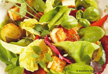 Kräutersalat mit gebratenem Gemüse
