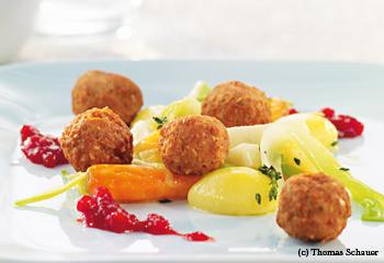 Fleischbällchen mit Preiselbeerchutney und Gemüse