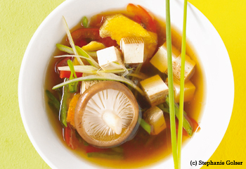Bunte Misosuppe mit geräuchertem Tofu