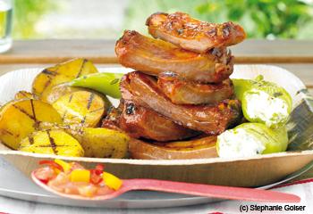 Spareribs mit gefüllten Peperoni und gegrillten Erdäpfeln