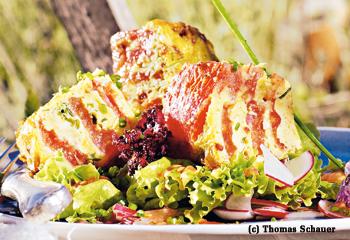 Paradeiser-Tortilla mit Salat und Radieschen