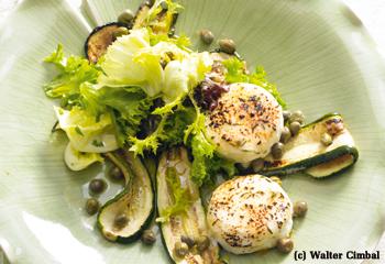 Salat aus gegrillten Zucchinischeiben und Ziegenfrischkäse