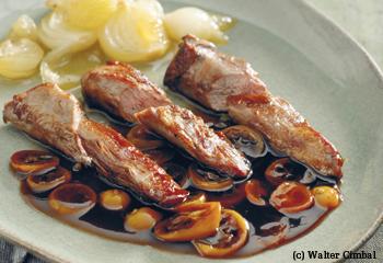 Lammkeule mit Kumquat-Currysauce, glasierten Zwiebeln und Safranreis