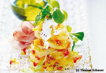 Erdäpfel-Rahm-Salat mit Paprikavinaigrette, Vogerlsalat und Schinken