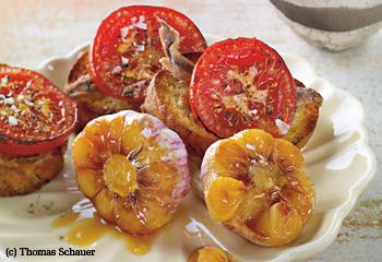 Karamellisierter Knoblauch in Weißwein geschmort, mit Tomatenbruschetta