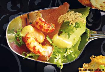 Salat von Flusskrebsen, Avocados, Grapefruits und Brotchips