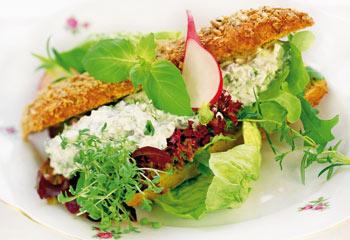 Mit Salatcreme gefüllter Kornspitz