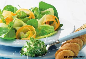 Gartenkräutersalat mit Mango und Frischkäse-Kugeln