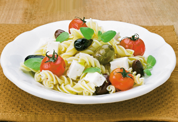 Nudelsalat mit gebratenen Oliven und Feta