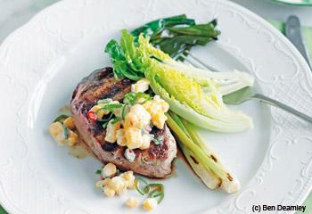 Gewürzte Steaks mit Jungzwiebel und Mais-Relish