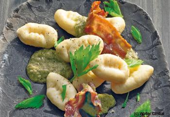Topfen-Gnocchi mit Selleriepesto und gebratenem Speck