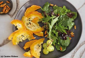 Salat mit Kürbischips und Pinienkern-Vinaigrette