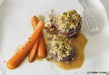 Rehschnitzel mit Walnuss-Salbei-Kruste in Sherry-Birnen-Sauce und mit glasierten Aniskarotten