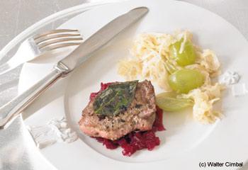 Wildschwein-Rückensteaks mit Traubensauerkraut und rotem Zwiebelchutney