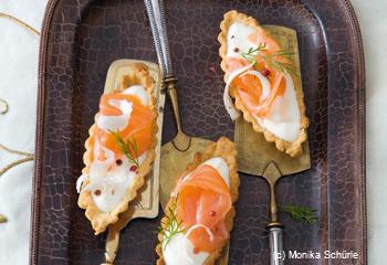 Kleine Tartelettes mit Krenmousse und Räucherlachs