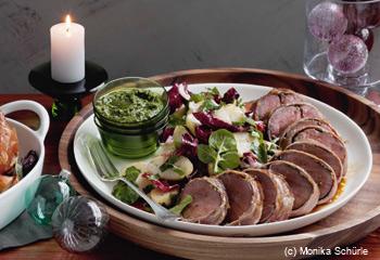 In Prosciutto gewickeltes Rindsfilet mit warmem Radicchio-Erdäpfelsalat und Salsa verde