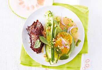 Clementinen-Pomelo-Salat mit glasierten Roastbeefscheiben Foto: © Janne Peters