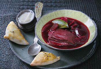 Rote-Rüben-Suppe mit Tafelspitz und Germ-Piroggen Foto: © Monika Schürle