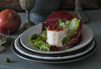 Salat mit Ziegenkäse und sauer eingelegten Granatapfelkernen Foto: © Monika Schürle