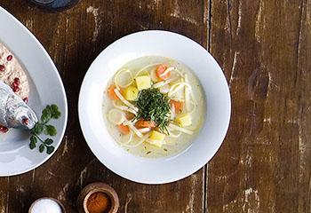Hühnersuppe mit Gemüse und frischen Kräutern Foto: © Alex Halada