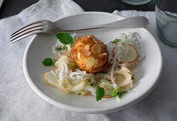 Weißkraut-Apfel-Salat mit panierten Käse-Eiern Foto: © Walter Cimbal