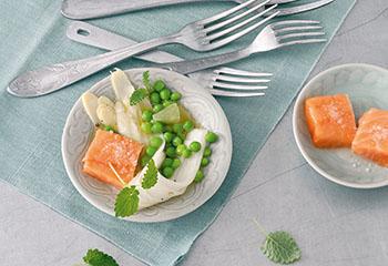 Spargelsalat mit Erbsen und schonend gegartem Lachs Foto: © Monika Schürle