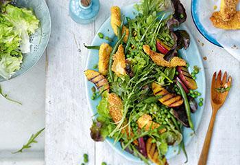 Eichblattsalat mit paniertem Hühnerfleisch und Nektarinen Foto: © Thorsten Suedfels