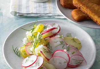 Radieschen-Erdäpfel-Salat mit Joghurtdip und Fischstäbchen Foto: © Walter Cimbal