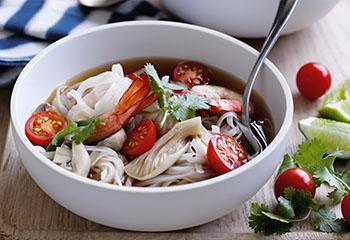 Paradeiser-Ingwer-Suppe mit Garnelen und Reisnudeln Foto: © Ben Dearnley