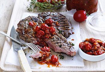 Paradeiser-Zwiebel-Relish mit T-Bone-Steaks Foto: © Ben Dearnley