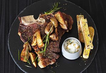 T-Bone-Steak mit gebratenen Steinpilzen, Polentasticks und Zitronen-Mascarpone Foto: © Janne Peters