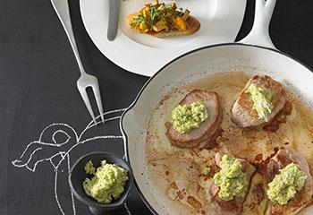 Kräutersteaks mit Tomaten-Schalotten-Salat Foto: © Walter Cimbal